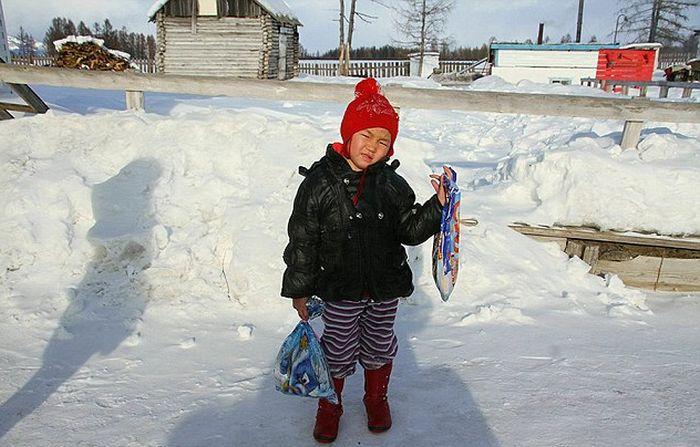 Девочка 4-лет прошла 8 км по тайге за помощью родственникам (5 фото)