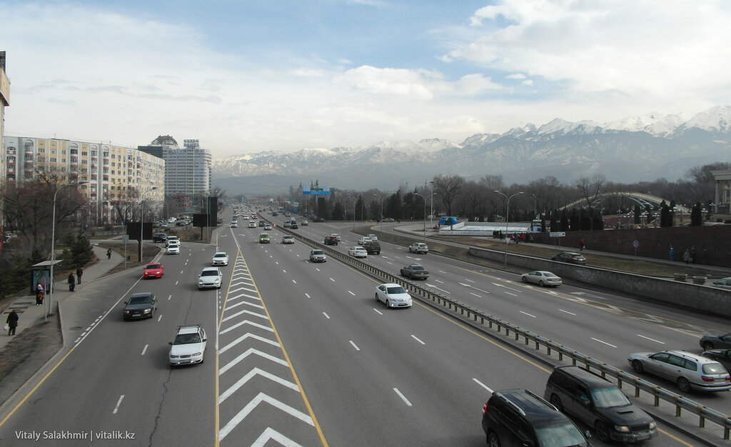 Панорама проспекта Аль-Фараби возле Парка Первого Президента