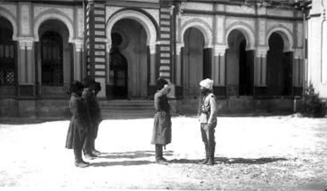 Бухарские сарбазы перед дворцом в Новой Бухаре