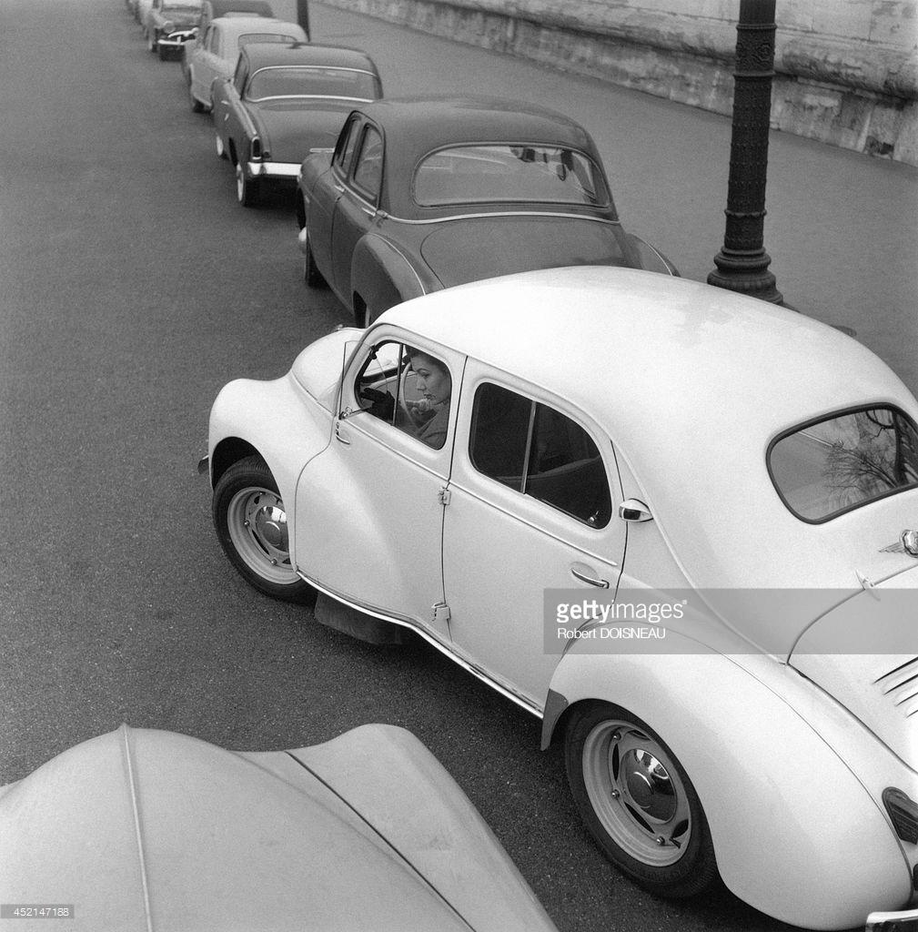 1955. 4CV Renault пытается припарковаться
