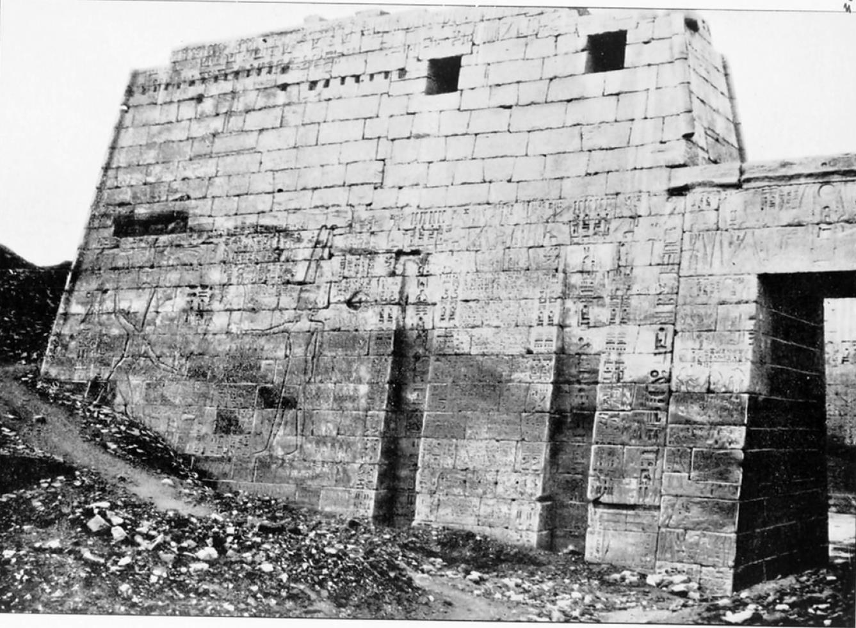 Мединет-Абу. Большой храм Рамсеса III. Левый пилон