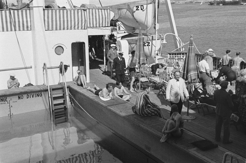 Пассажиры у бассейна на верхней палубе