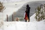 Сибирская лав-сторь 3: парень фотает девушку, плавающую в проруби