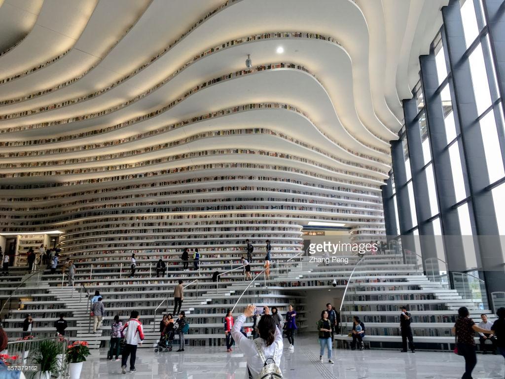 Фото самой крутой библиотеки в мире: в ней совершенно нет стен (13 фото)