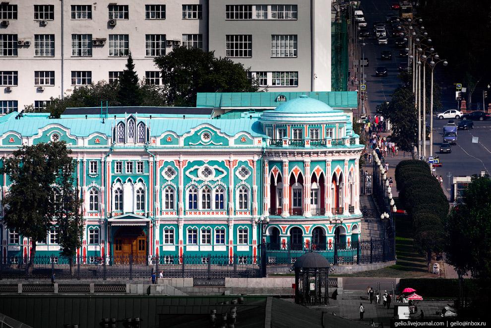 35.  Площадь Труда  — старейшая площадь города (прежние названия: Церковная, Соборная