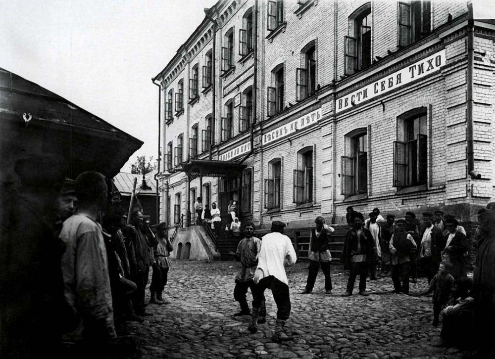 39. Кулачный бой перед ночлежным домом Н.А. Бугрова. Негатив 18×24см.