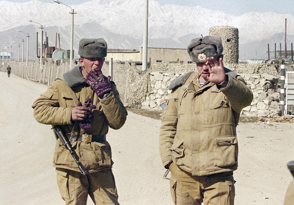 23. Афганские пожарные и девушка, погибшая в результате мощного взрыва в центре Кабула, 14 мая 1988.