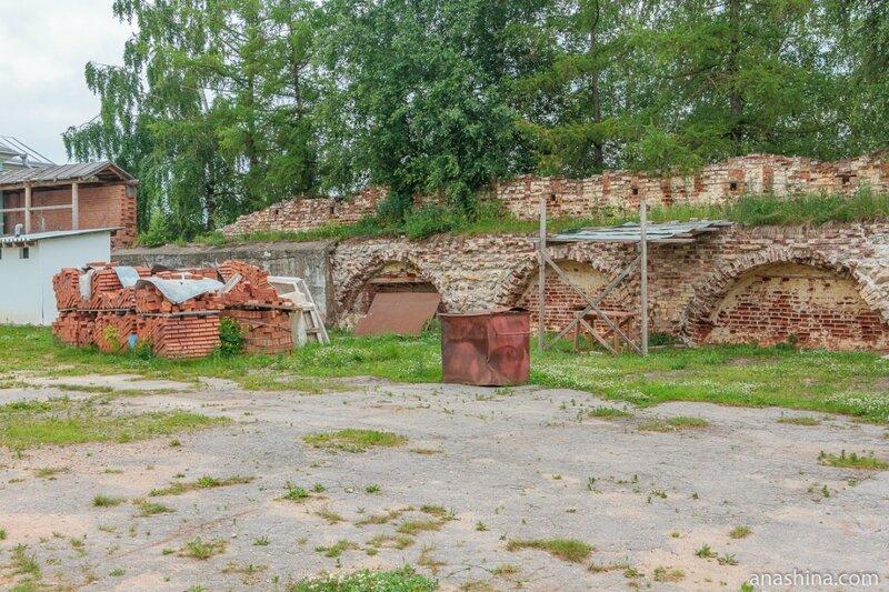 Фрагмент старой монастырской стены, Новоторжский Борисоглебский монастырь, Торжок