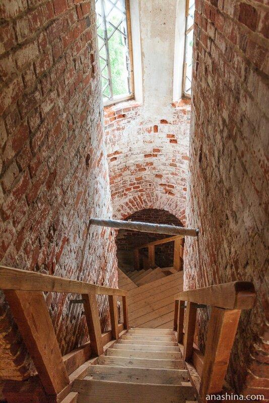 Временная лестница внутри колокольни, Новоторжский Борисоглебский монастырь, Торжок