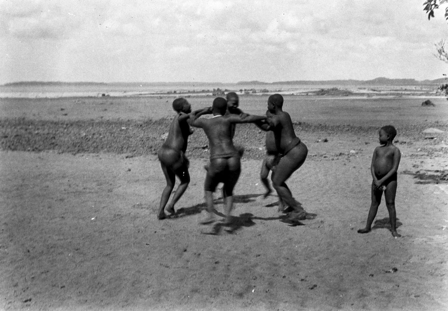 1204. Народность онге. Группа женщин танцует на берегу