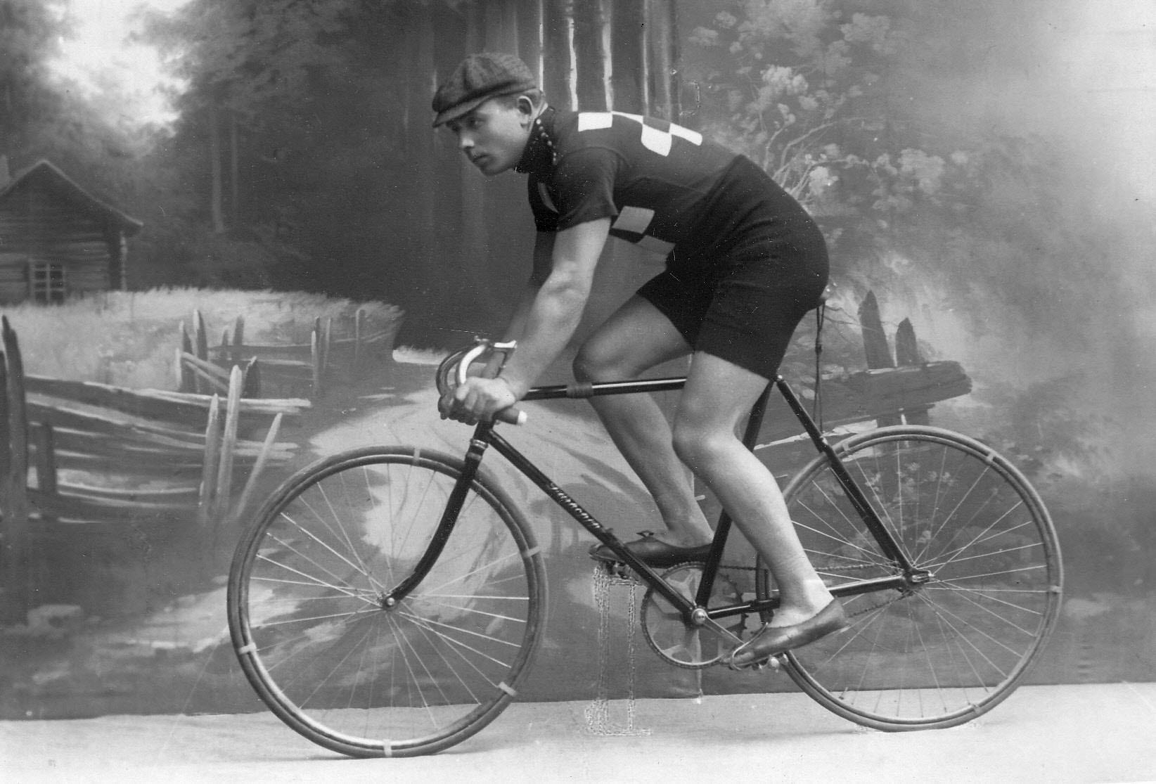Морозов, участник велогонок от г. Одесса, на велосипеде. До 1915
