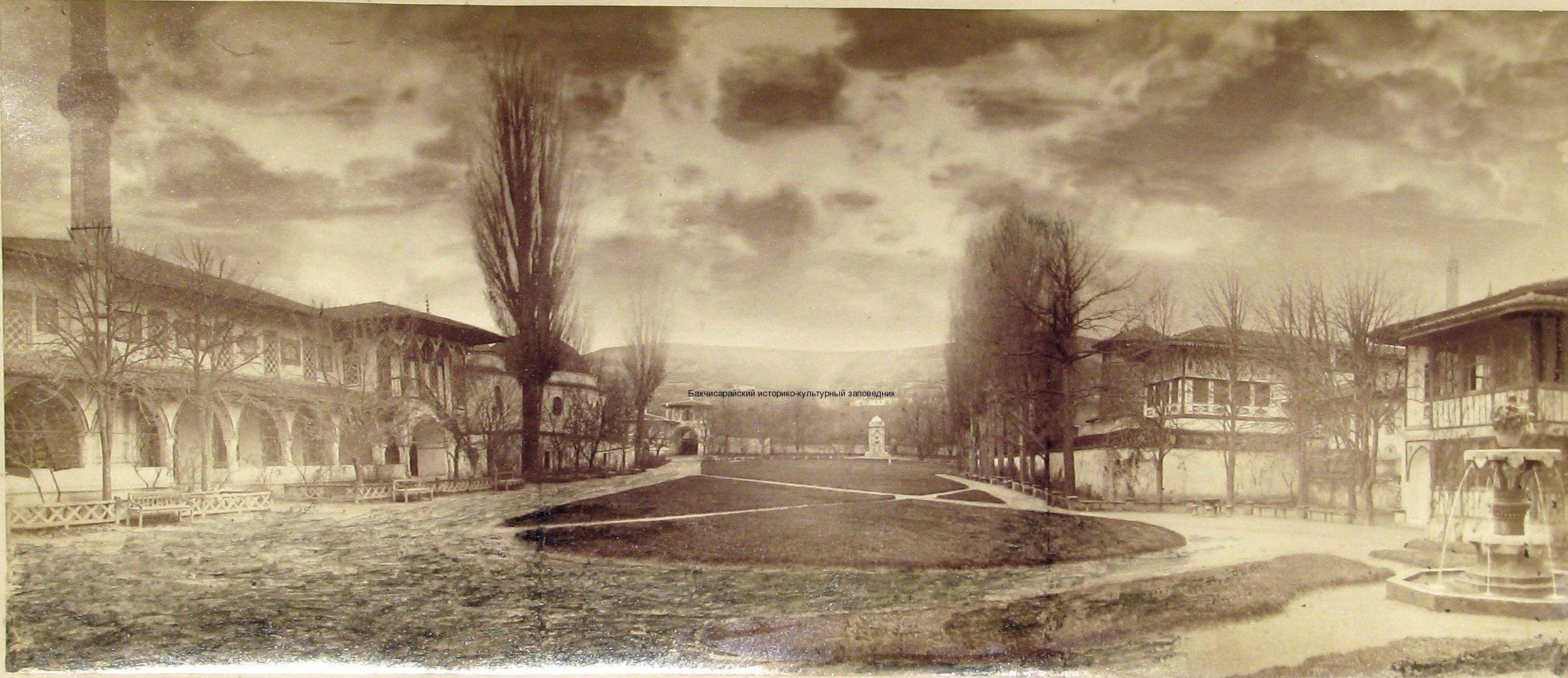 Главный двор дворца. Вид от входа