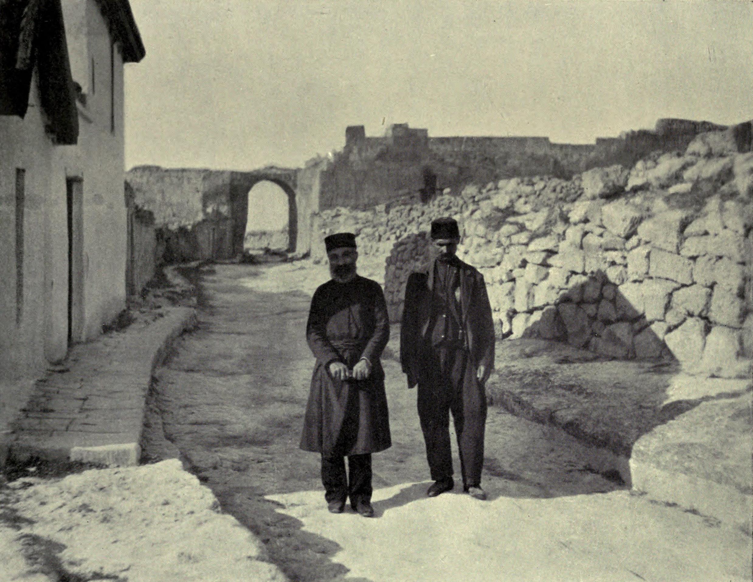 Руины Чуфут-Кале (Одинокий обитатель, раввин караимов. Мужчина слева - проводник)