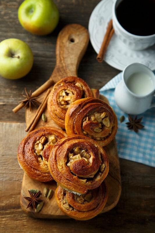 Булочки с яблоками и корицей. сахара, тесто, минут, нарезать, месте, сколько, теплом, оставить, сливочного, масла, комнатной, температуры, булочки, яблоки, миску, начинки, корицы, смешать, пласт, сахаром
