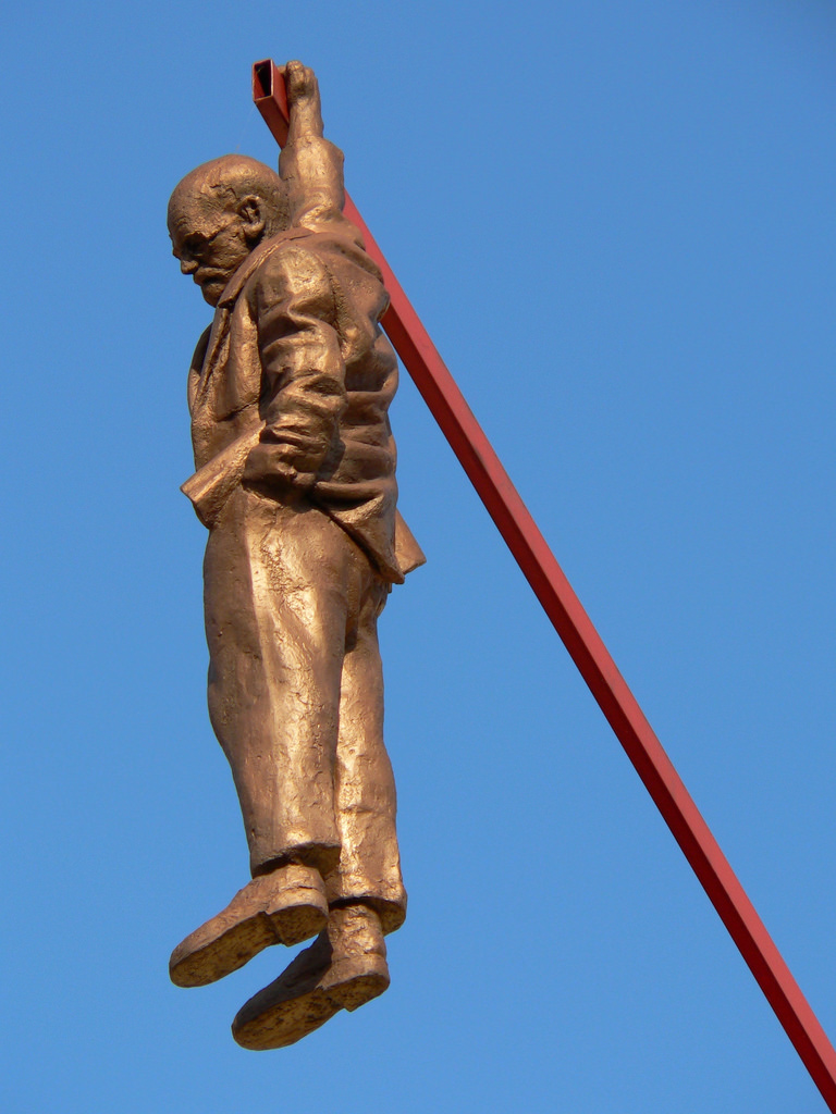 Еще одно творение Давида Черни, изображающее Зигмунда Фрейда, висящего набалке, закрепленной накры