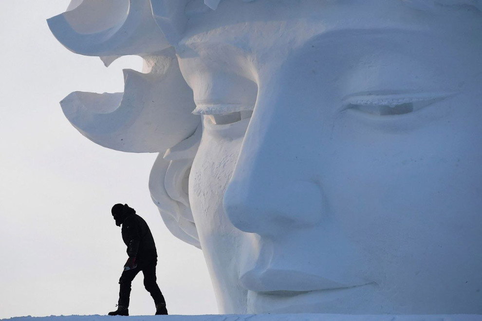 8. Работа ледяного скульптора. Справа видны технические линии для резки.