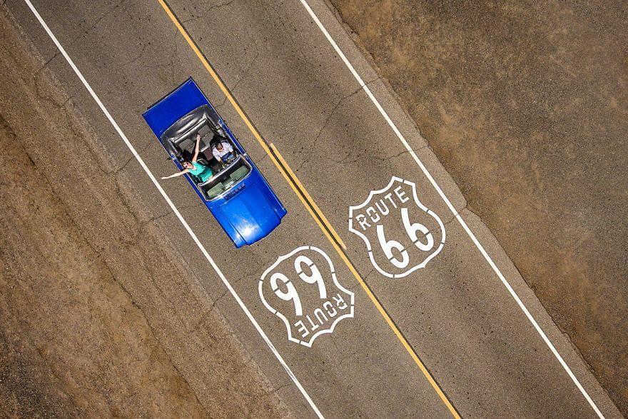 Пара в синем Ford Mustang Convertible едет по историческому шоссе 66. Автор фото: Raf Willems.