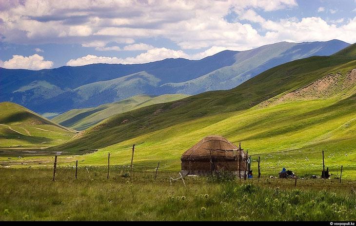 По дороге на плато Ассы видна недостроенная обсерватория. Строительство прекратилось в начале 90-ых.