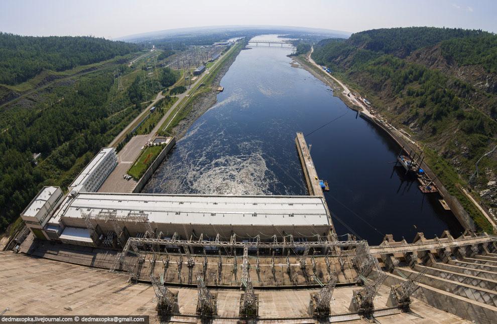 С крана, находящегося на гребне, можно оценить перепад уровня воды, созданный плотиной: