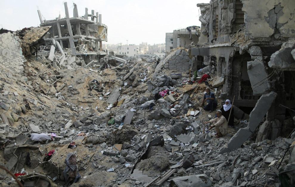 9. Палестинец с велосипедом в разрушенном доме, 6 августа 2014. (Фото Said Khatib | AFP | Getty Imag