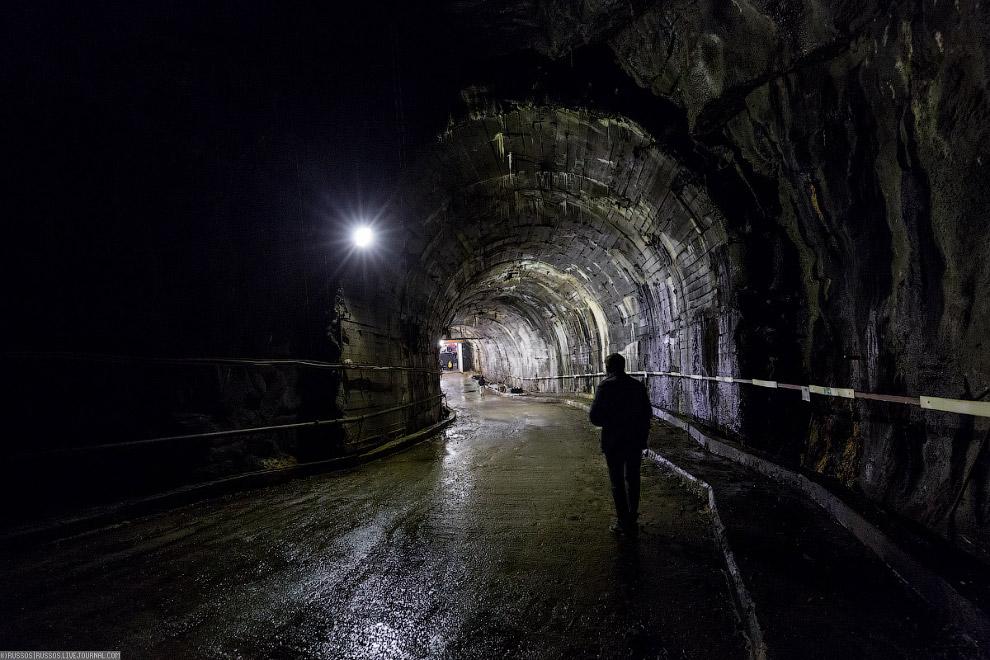 9. Машинный зал Колымской ГЭС подземный, он расположен в скальной выломке левого берега, имеет длину