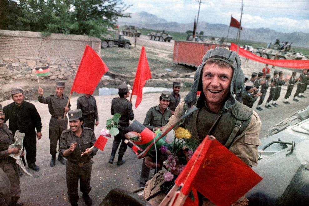 27. Колонна советских танков и военных грузовиков уходит из Афганистана, 7 февраля 1989 года. (Фото