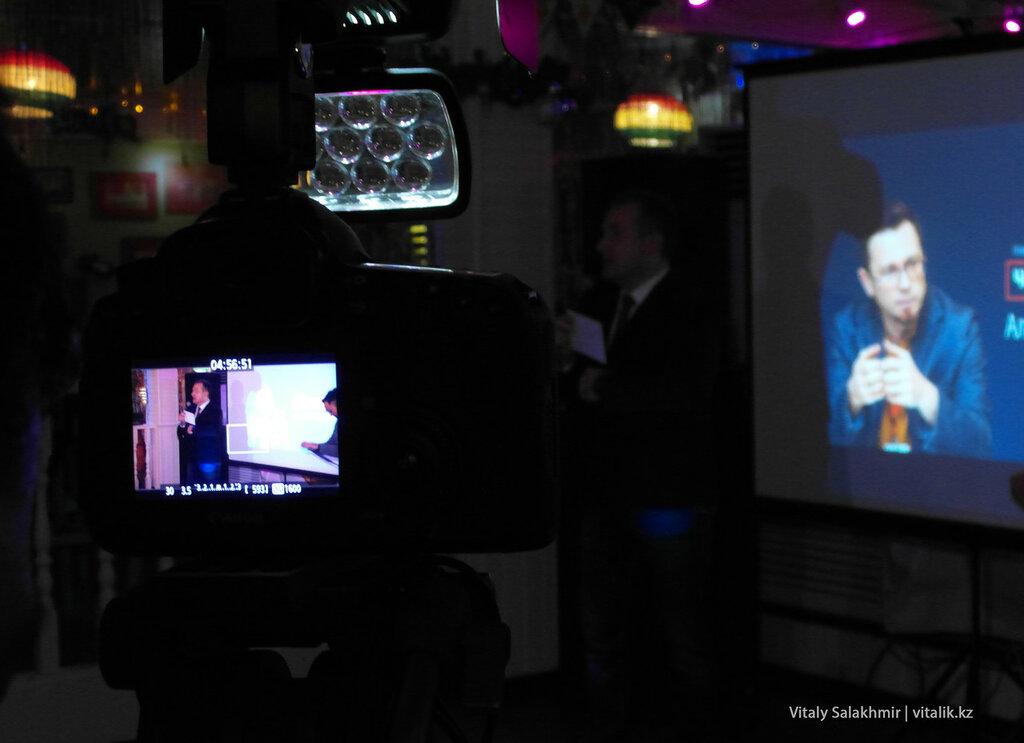 Оригинальное фото с Константином Горожанкиным в видеоискателе камеры.