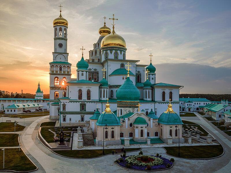 Купола Воскресенского собора.