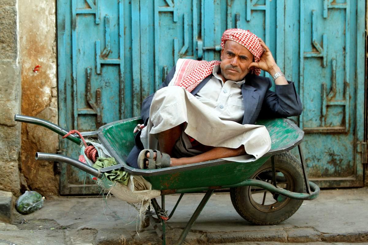 Он и его любимая тачка: Полуденный отдых простого йеменского грузчика