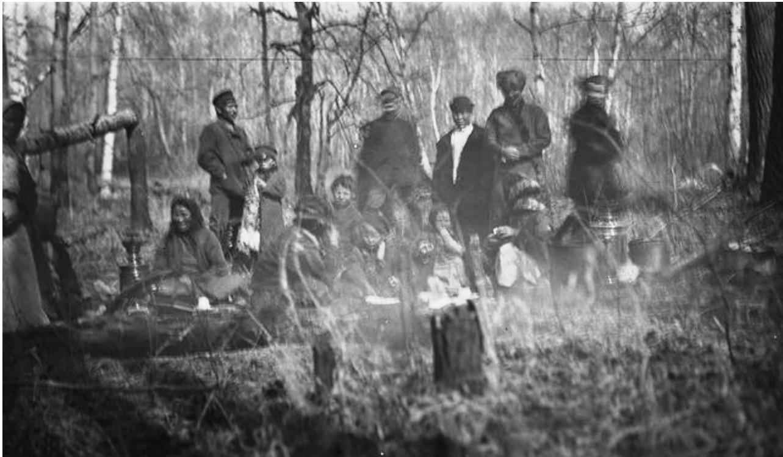 Самоеды в лесу поблизости от села