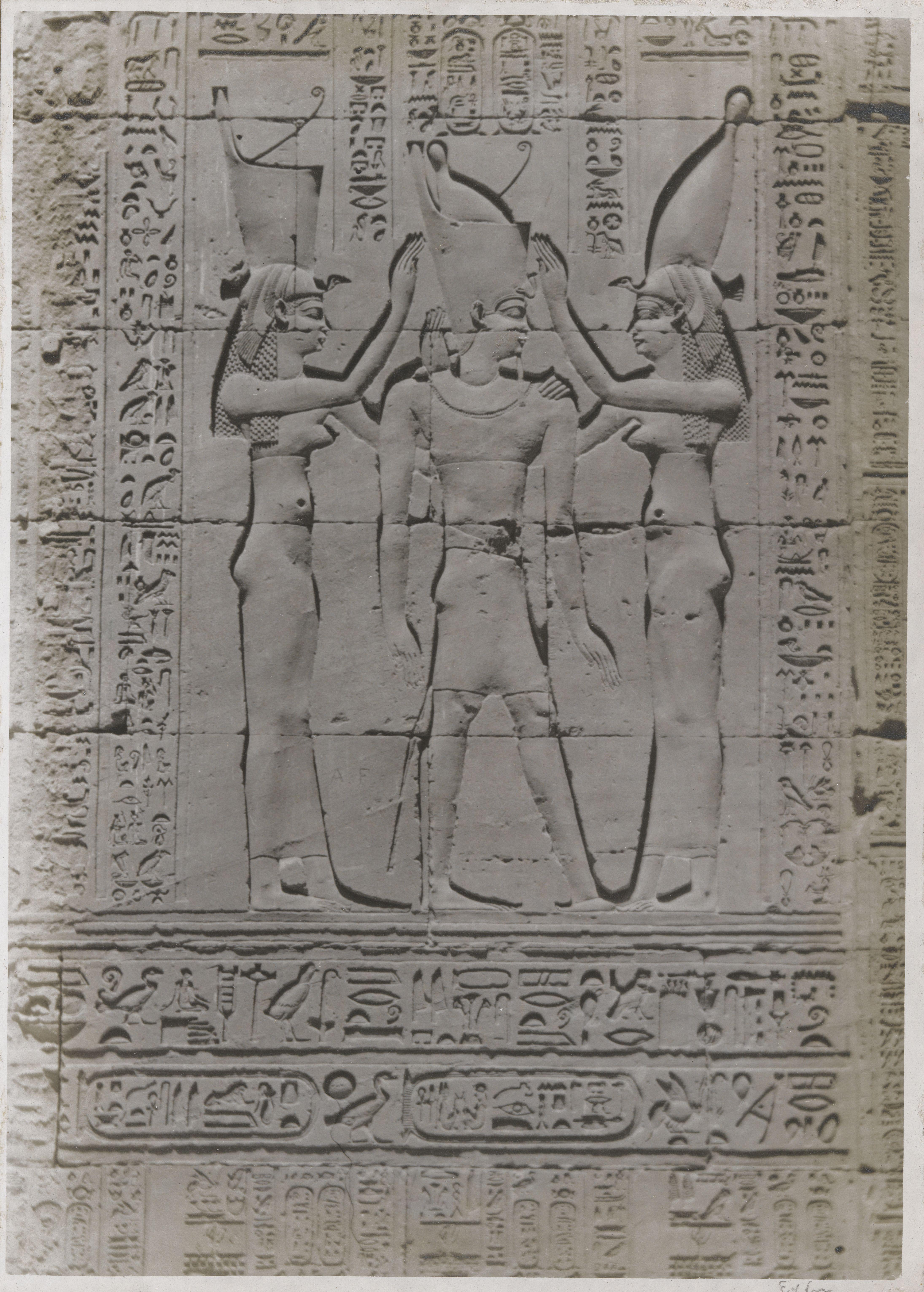 Эдфу. Храм Хора Бехдетского.  Углубленный рельеф. Фараон с короной обоих царств