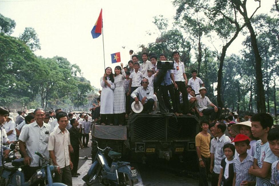 Спонтанные приветствия въезжающим в город коммунистам. 01 апреля