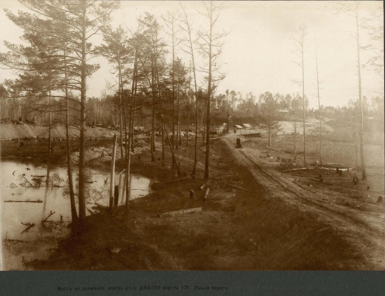 379 верста. Мост на времянке через реку Джатву . Левый берег