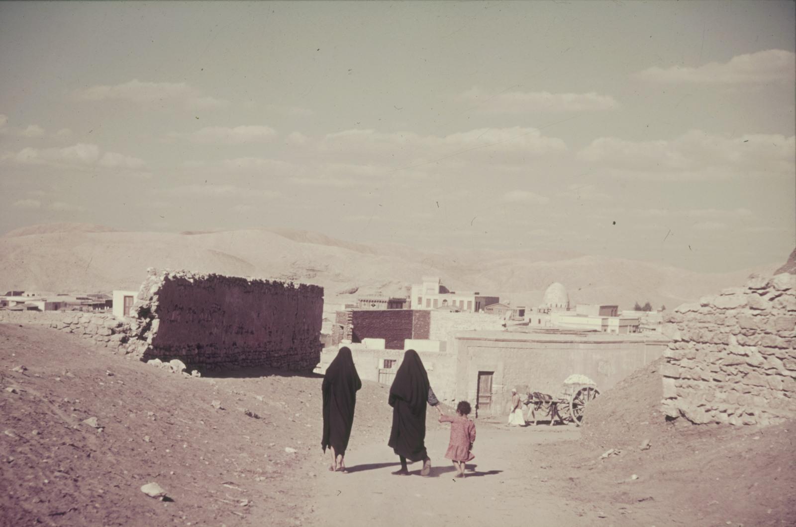 Женщины с ребенком возле деревни