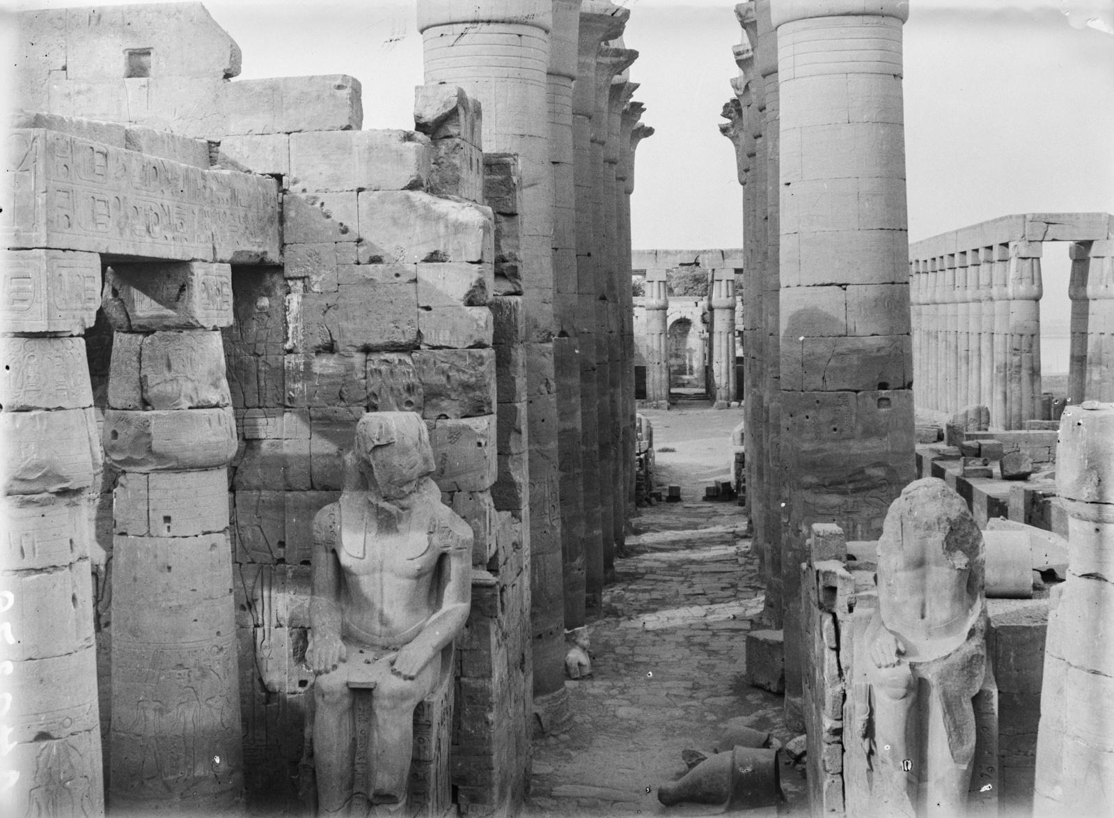 Статуи и каменные колонны в храме