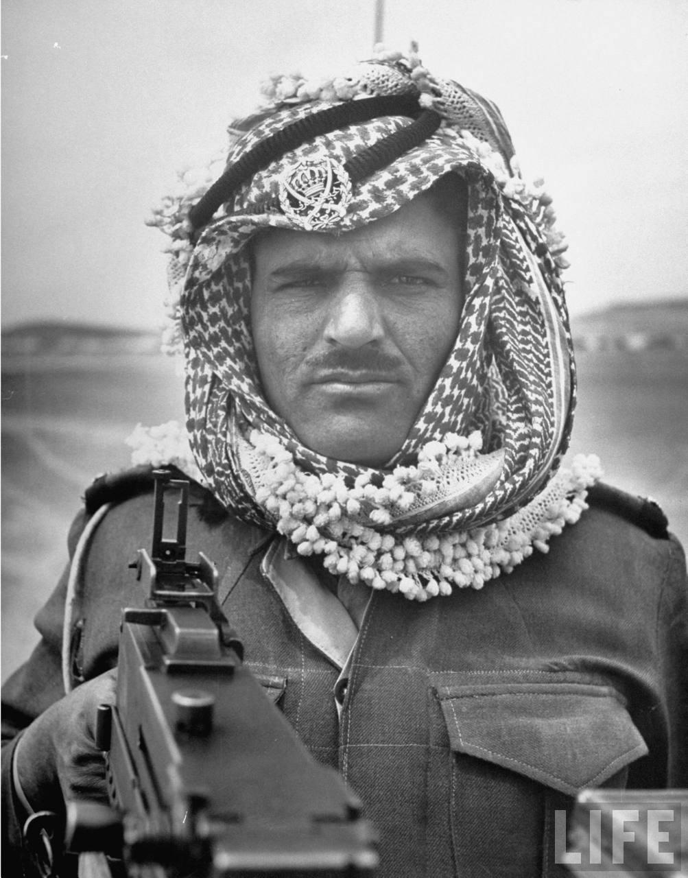 Арабский Легионер направляет свое оружие на Джона Филлипса, Апрель