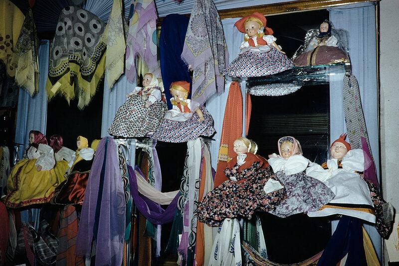 1959 Платки и шали в Москве. Harrison Forman.jpg