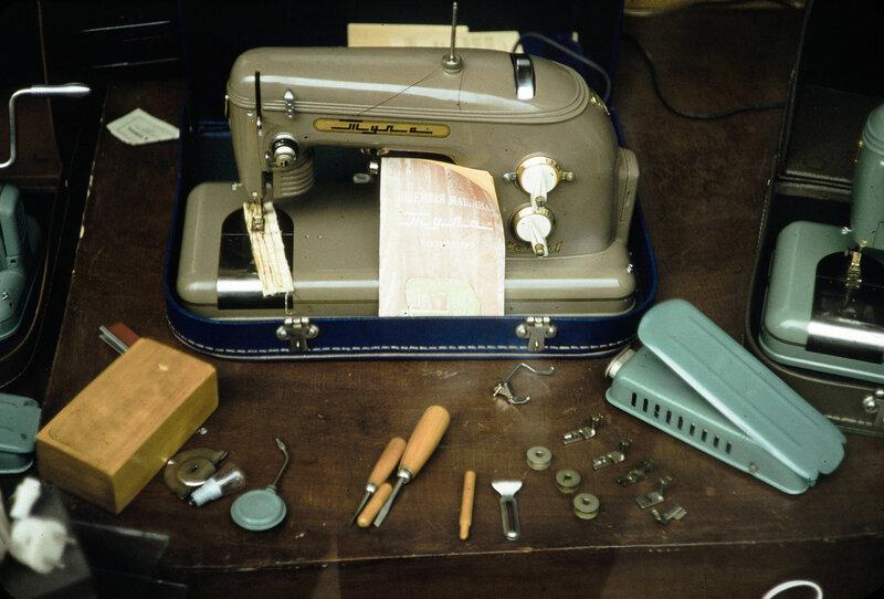 1959 Швейная машинка в Москве. Harrison Forman.jpg