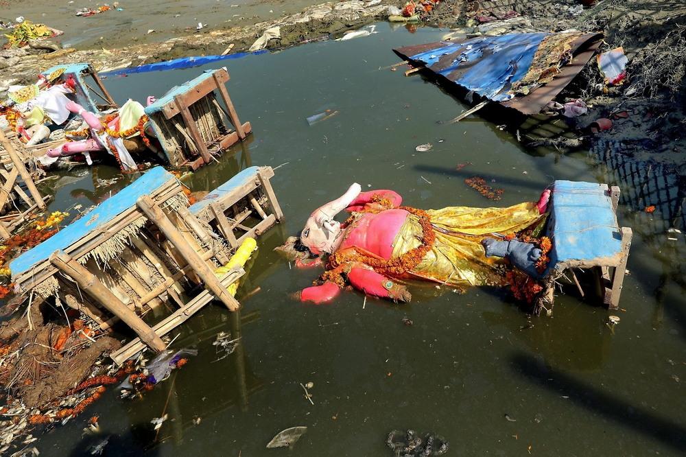 Ядовитые воды индийских рек Ямуна, поскольку, множество, цветов, водах, живых, существ, считаются, мертвыми, непригодны, сотни, купания, уровень, токсичности, является, настолько, высоким, невозможно, идолов, бросают