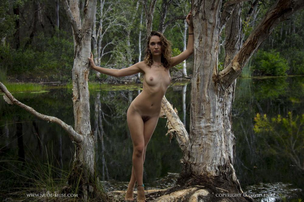 Обнаженная Kora возле лесного озера