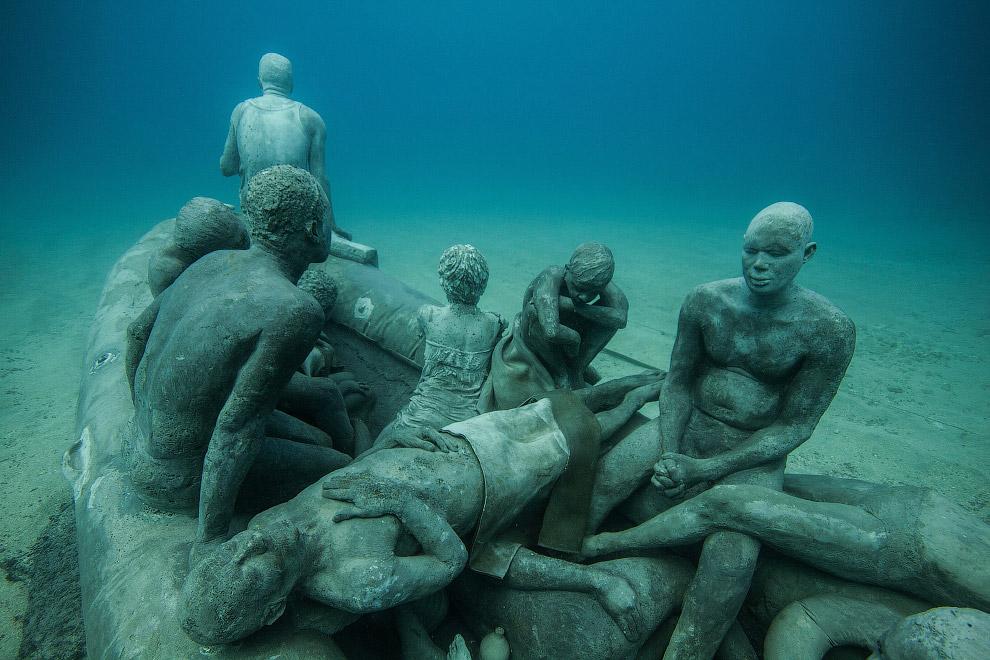 Самая большая инсталляция называется «Точка невозврата». Она состоит из 40 скульптур людей, движущих