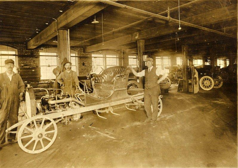Джон Альбрехт и семья в автомобиле Halladay, август 1910