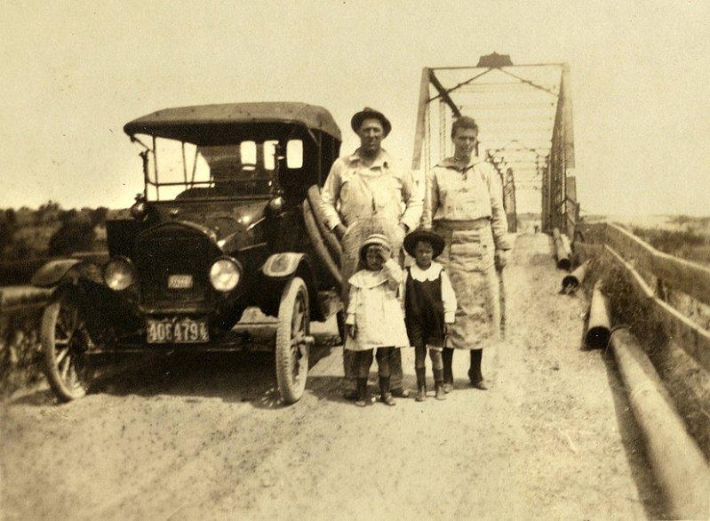 Туристы в Ford Model T около «Логова дьявола» в Геттисберге в Пенсильвании, начало 1910-х