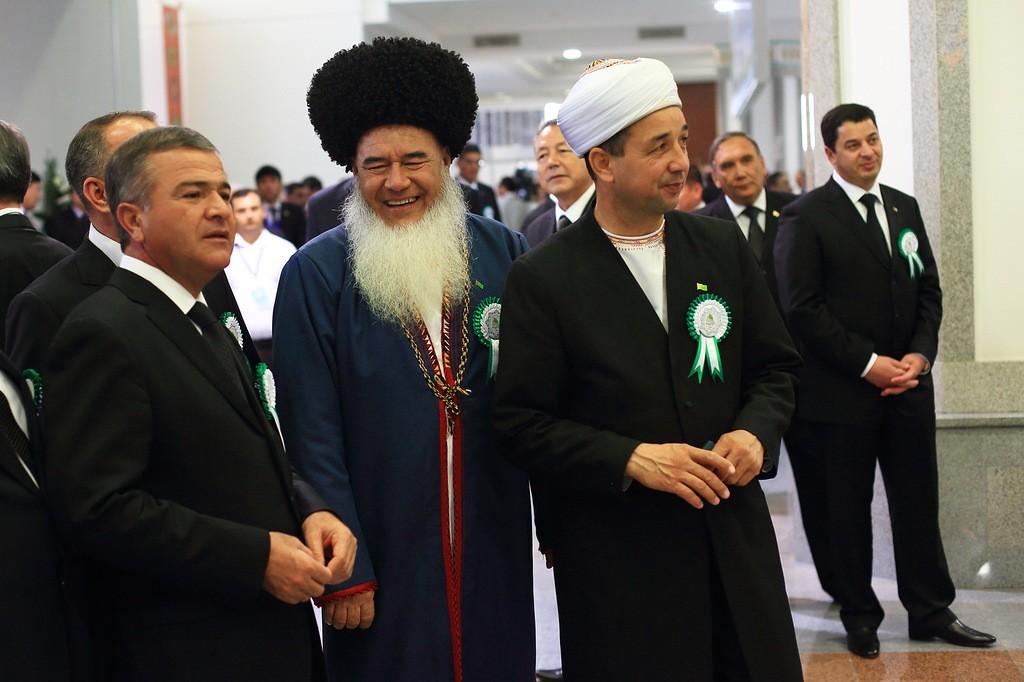 13. Чиновники и местное духовенство. Кстати сказать, бороды носят только религиозные деятели и стари
