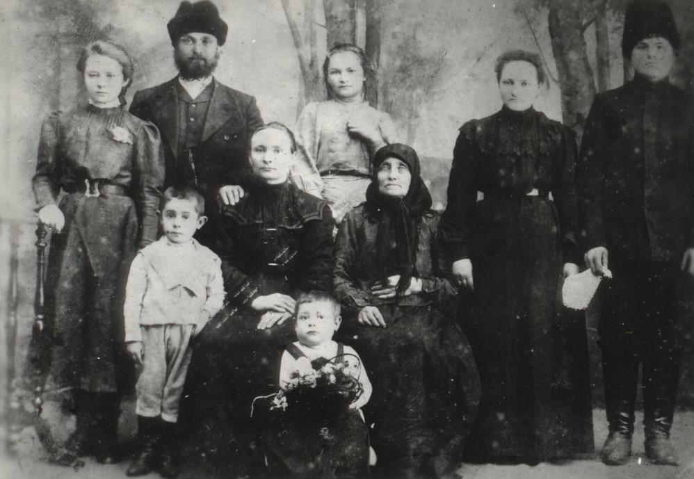 1912. Благовещенск, Амурский край, Российская империя. Семья Карагодина С.И. (жена, два сына, сёстры, мама, муж сестры)