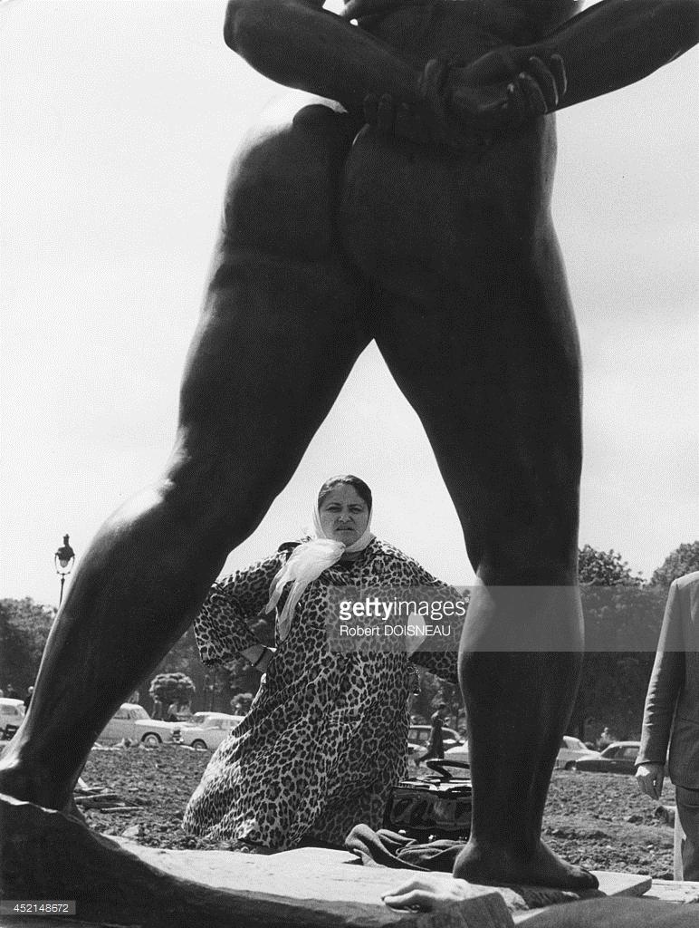 1964. Дина Верни перед одной из бронзовых статуй, которые создал Аристид Майоль, взяв Дину в качестве модели
