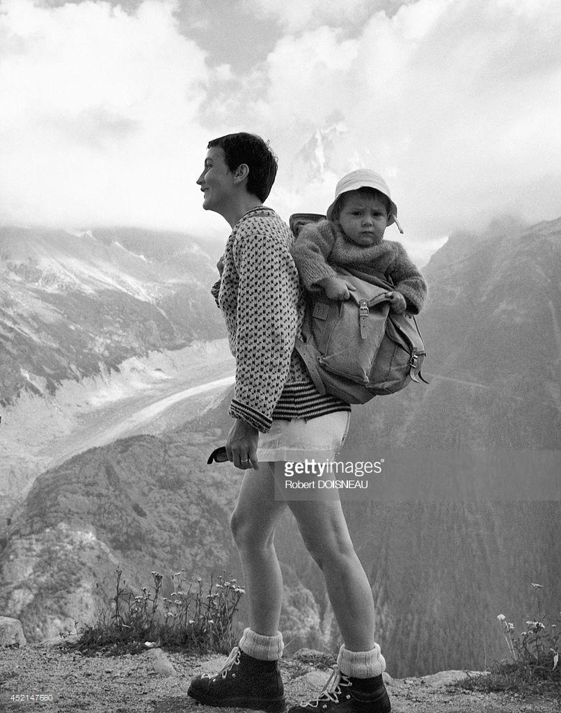 1959. Женщина, несущая ребенка нас пине в Шамони