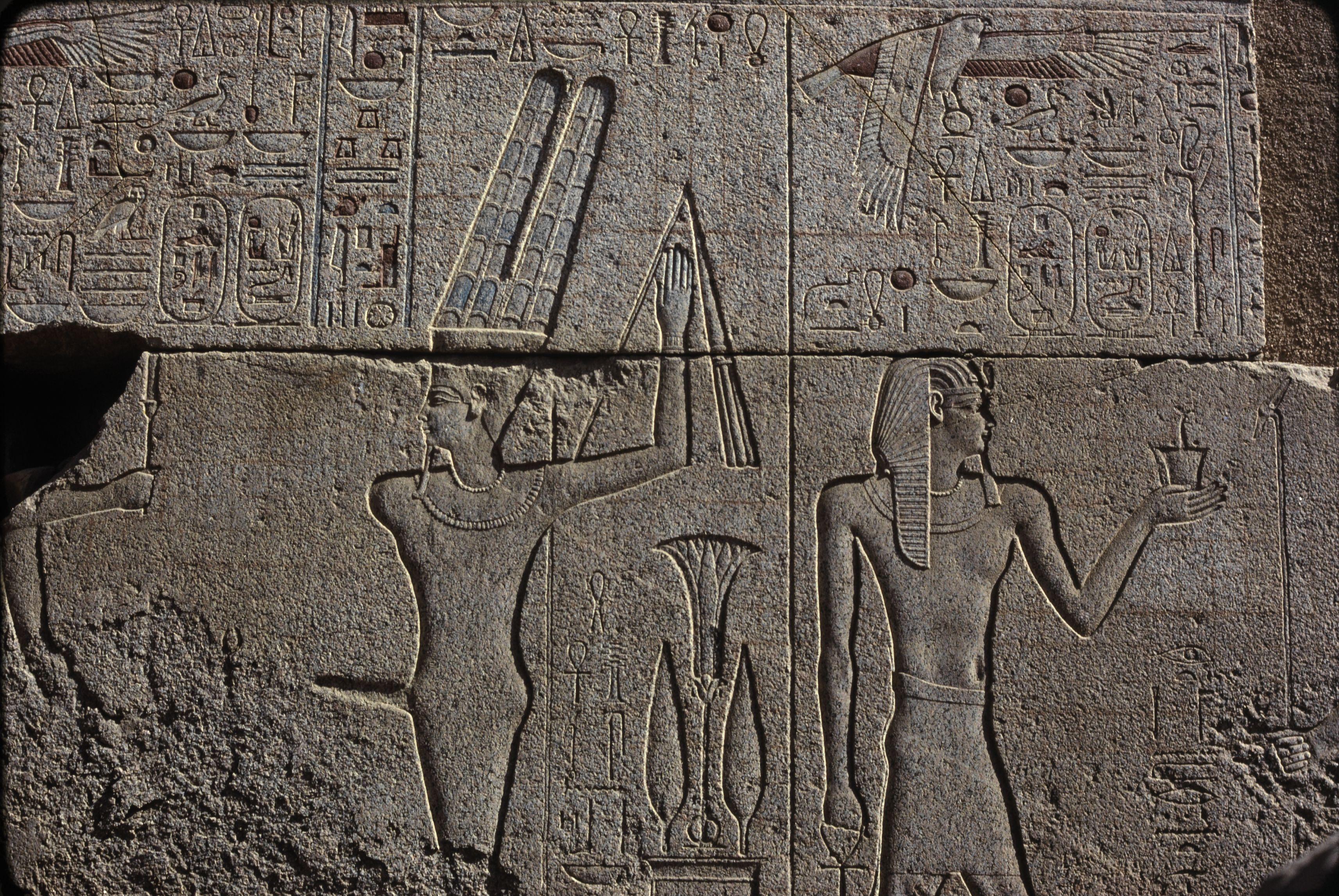 Гранитное святилище, предназначенное для ладьи Амона. Рельефы южной стены. Барка Амона на постаменте святилища и ее вынос на плечах жрецов