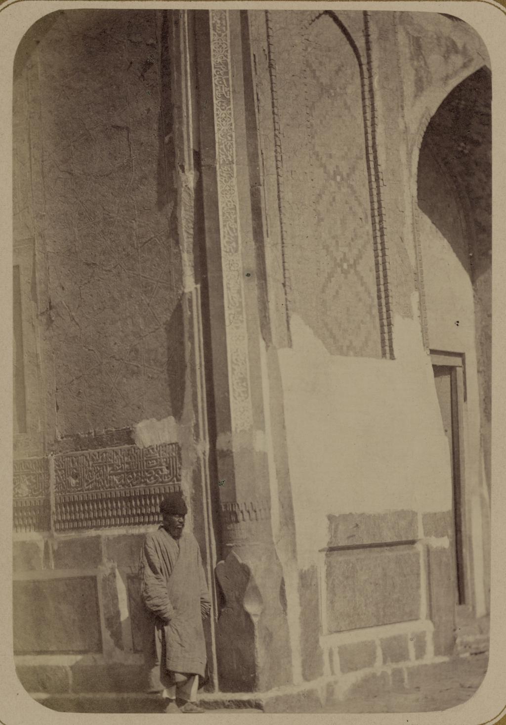 Медресе Шир-Дор. Главный фасад (западный). Угол с колонной, расположенной на фасаде средней (малой) ниши