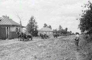 Конвой немецкого вермахта проезжающий мимо деревни